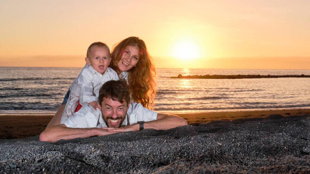Familie genießt im Sonnenuntergang das Fotoshooting am Strand mit Ela und Chris Fotograf