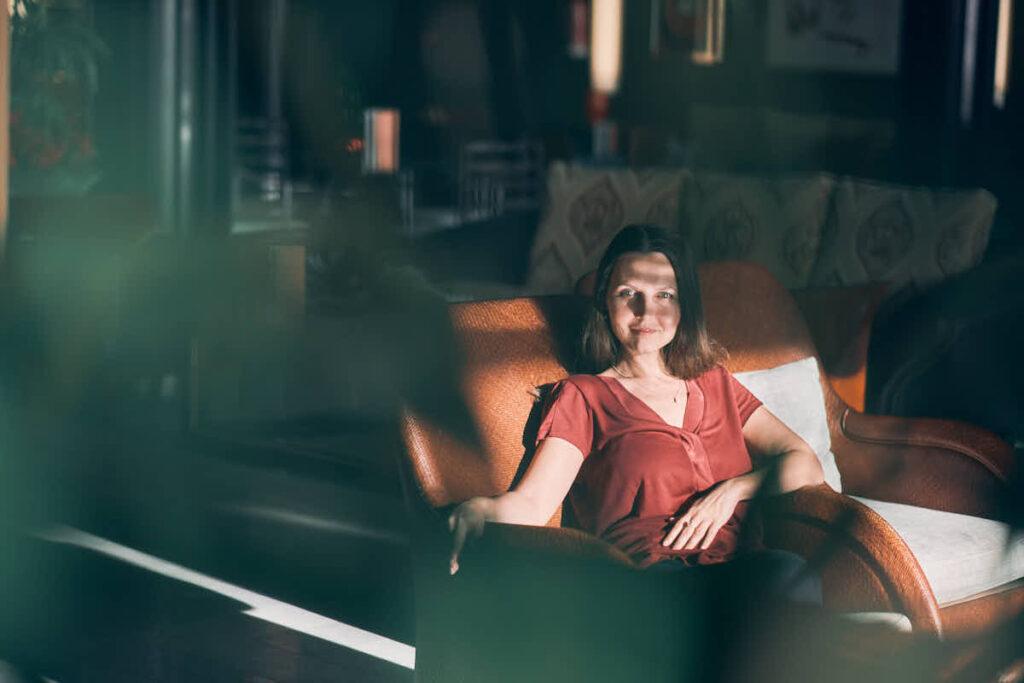 Wir shooten Geschäftsleute beim Businessshooting mit Profifotograf Deutscher Fotograf Ela und Chris auf Wunsch auch in einer Hotellobby und transportieren die Stimmung von Reichtum und Erfolg für den Lifecoach