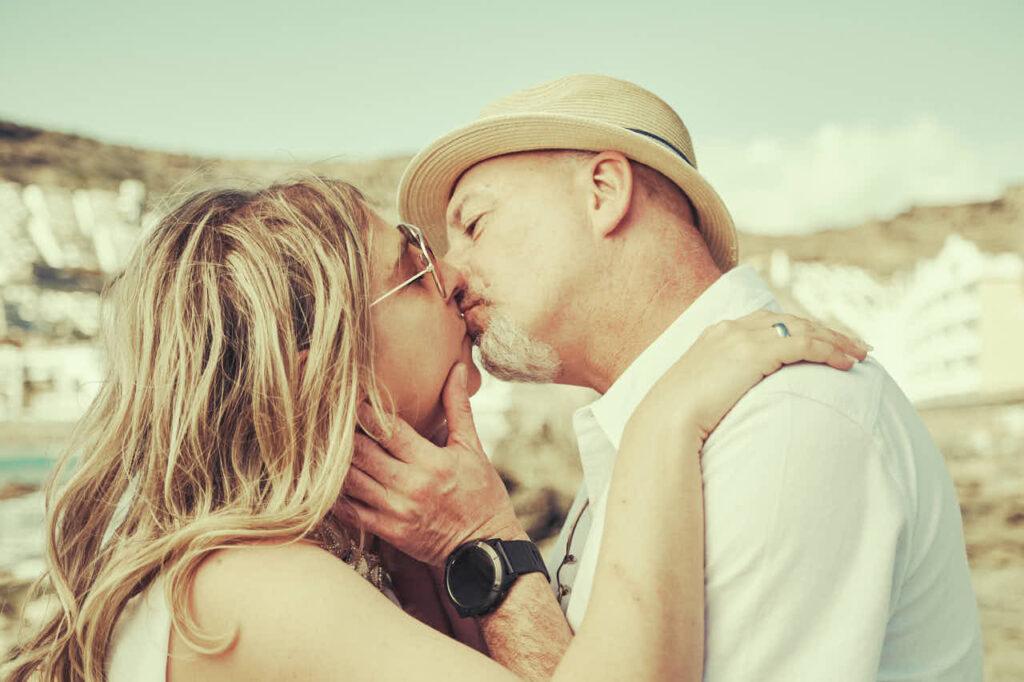Fotograf Ela & Chris fotografiert Bilder von von einem Paar auf Gran Canaria in Maspalomas in den Dünen und an der Küste