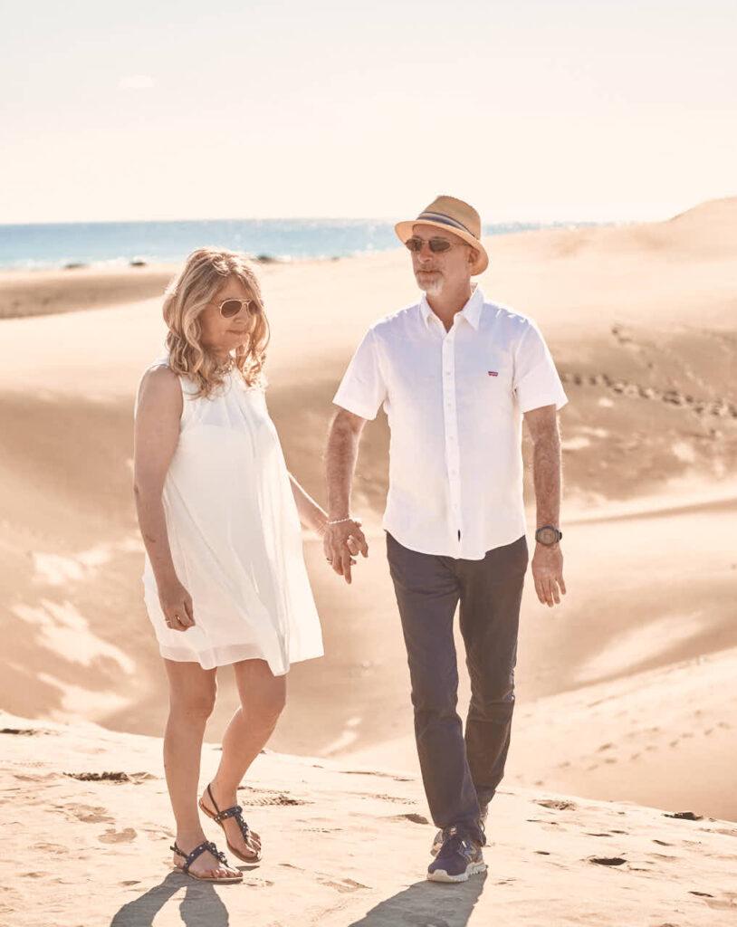 Beim Fotoshooting auf Gran Canaria macht Deutscher Fotograf Ela & Chris Paar Bilder in Maspalomas in den Dünen und an der Küste