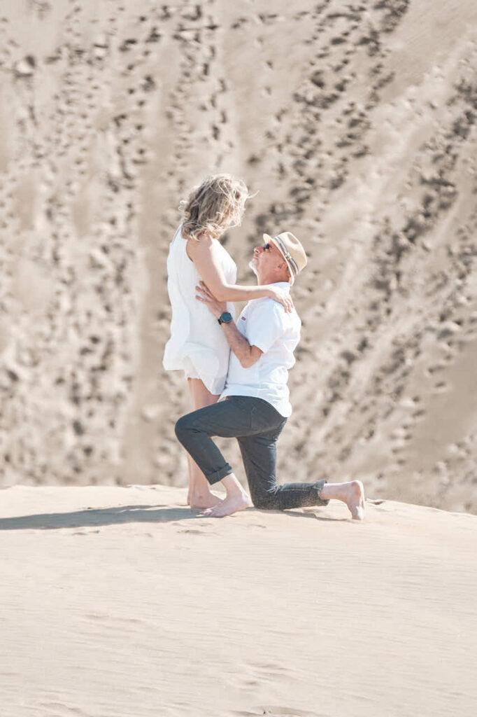 Beim Fotoshooting auf Gran Canaria macht Fotograf Ela & Chris Bilder von von einem Paar in Maspalomas in den Dünen und an der Küste
