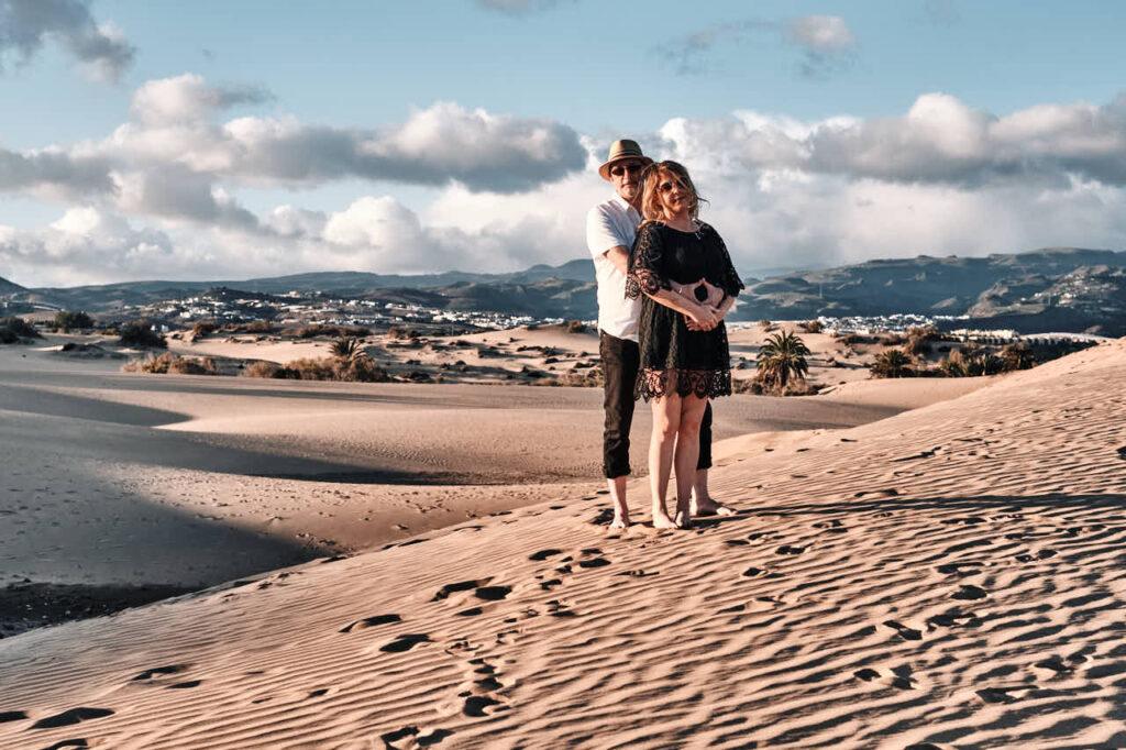 Beim Fotoshooting auf Gran Canaria fotografiert Fotograf Ela & Chris Paar Bilder in Maspalomas in den Dünen und an der Küste