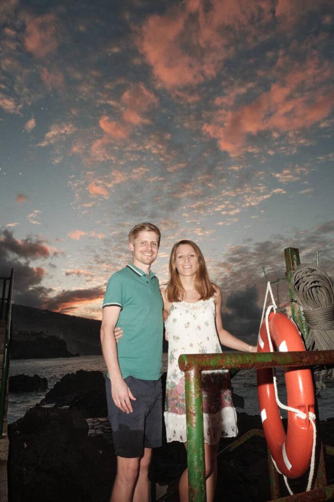 Beim Fotoshooting auf Teneriffa macht Fotograf Ela & Chris Fotos von einem Paar in Puerto de la Cruz an der Playa de Jardin