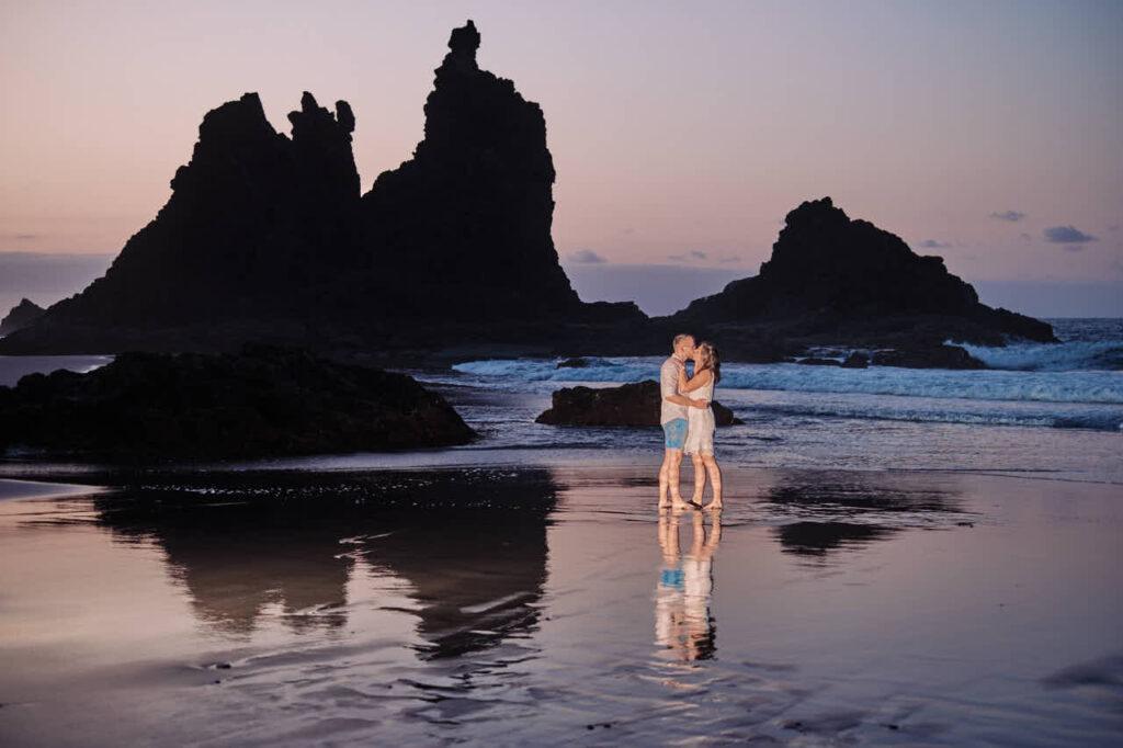 Beim Fotoshooting auf Teneriffa macht Fotograf Ela & Chris Fotos von einem Paar in Anaga Gebirge an der Playa de Benijo im David Hamilton Blur