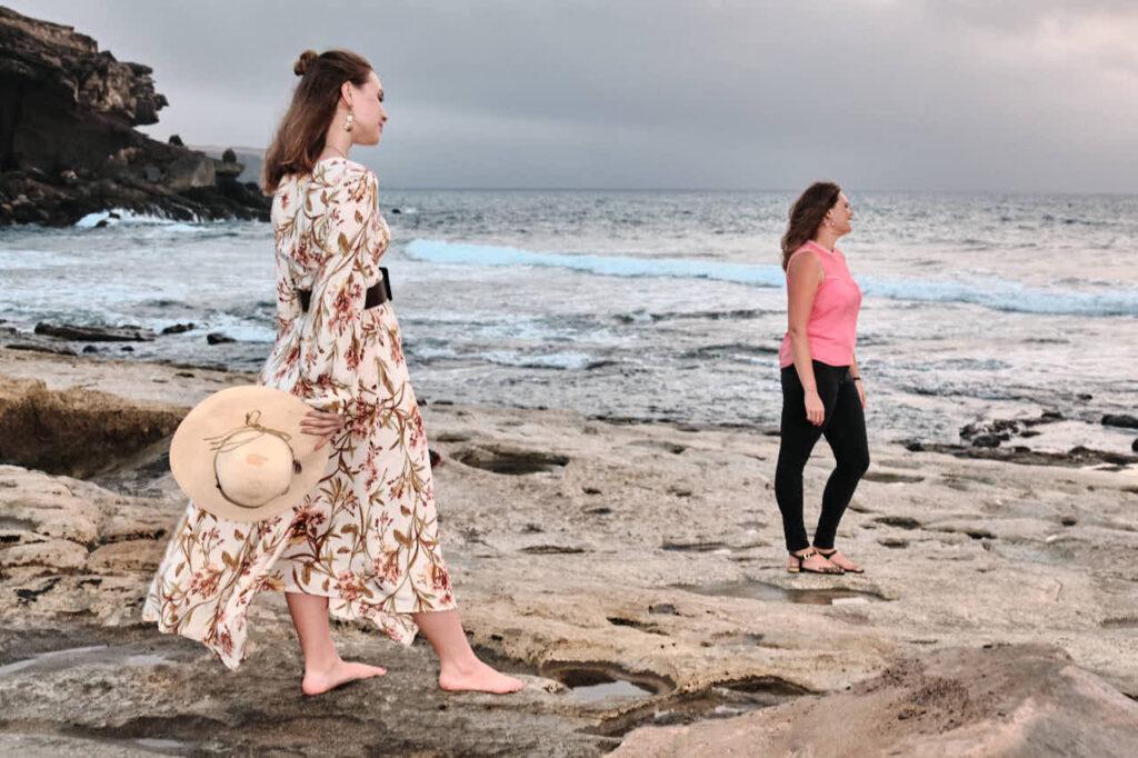 Fotos von Freundinnen fotografiert Deutscher Fotograf Ela & Chris beim Fotoshooting auf Fuerteventura in Morro Jable in David Hamilton Blur barfuss