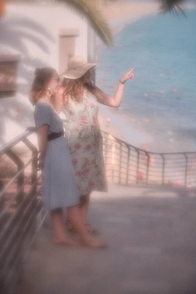 Bilder von Freundinnen macht Fotograf Ela & Chris beim Fotoshooting auf Fuerteventura in Morro Jable in David Hamilton Blur barfuss