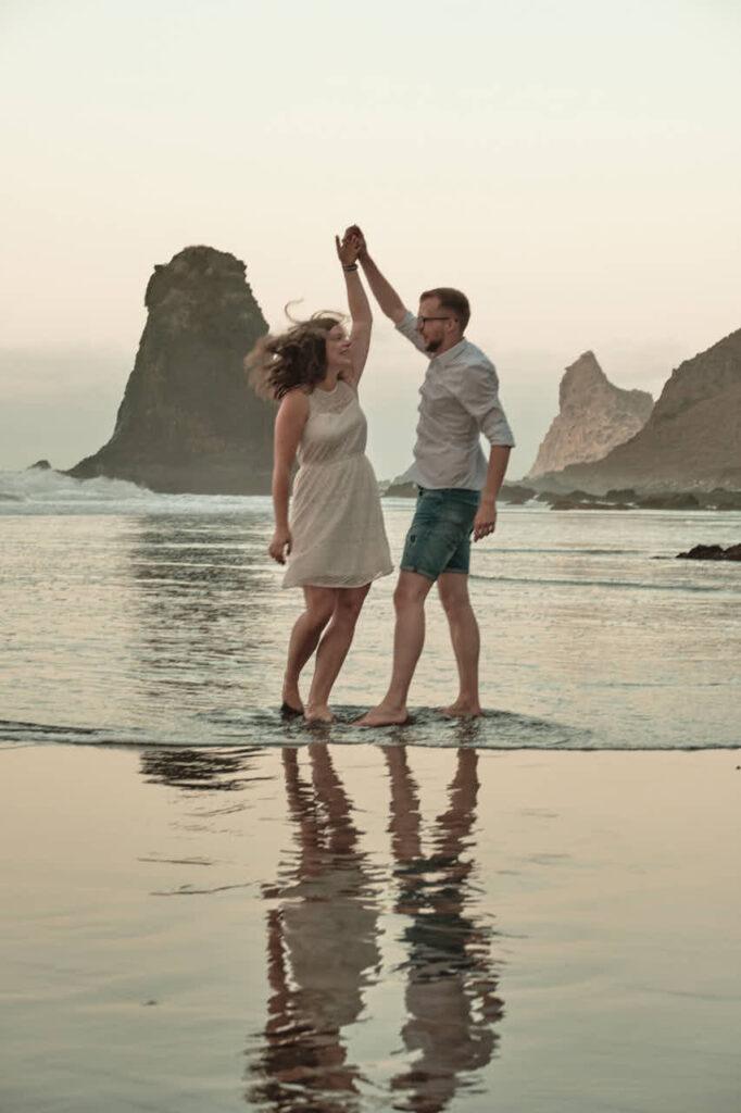 Fotograf Ela & Chris macht Paar Fotos auf Teneriffa in Anaga Gebirge an der Playa de Benijo im David Hamilton Blur
